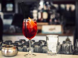 cocktail luminoso sul bancone del bar foto