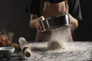 chef spolverare la pasta di farina foto