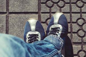 uomo con scarpe da ginnastica che cammina per strada foto