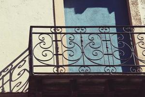 balcone sulla facciata della casa, architettura nella città di bilbao, spagna foto