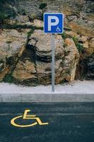 segnale stradale per sedia a rotelle sulla strada foto