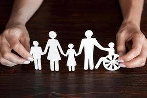 carta ritagliata di diversi membri della famiglia che stanno insieme foto