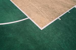 campo da basket di strada sulla strada foto