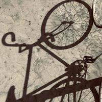 silhouette ombra bicicletta, modalità di trasporto bici foto