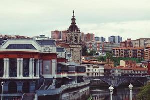 costruzione di architettura nella città di bilbao, spagna, destinazione di viaggio foto
