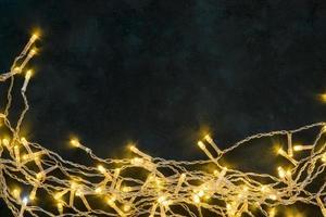 luci invernali lucide dorate su sfondo scuro foto
