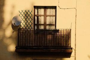 finestra sulla facciata gialla della casa, architettura nella città di bilbao, spagna foto