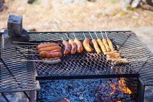 salsicce alla griglia all'aperto sulla griglia vintage. foto
