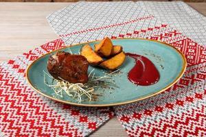 piachisto di prosciutto di maiale con salsa di mirtilli rossi piccante foto