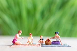 persone in miniatura, una bella coppia di signore lesbiche che si divertono nel parco con i bambini foto
