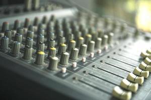 studio di registrazione del suono o pannello di controllo del mixer di musica sonora foto