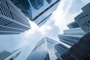 vista del moderno grattacielo business in vetro e vista cielo panorama di edificio commerciale in una città centrale foto