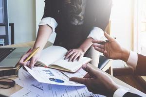 team di gestori di fondi che consultano e discutono analisi, investimenti nel mercato azionario. concetto vintage. foto