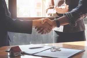 business team e partnership stretta di mano dopo una discussione di successo sul piano di marketing nella sala riunioni. foto