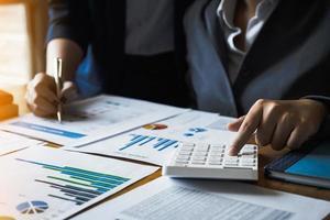 team di gestori di fondi che consultano e discutono di analisi, investimenti nel mercato azionario tramite documenti. concetto vintage. foto