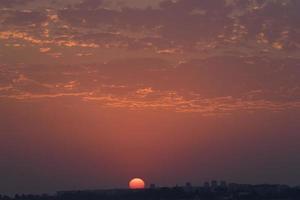 tramonto colorato in un cielo nuvoloso su un corpo d'acqua foto