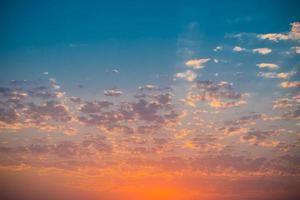 tramonto colorato in un cielo nuvoloso foto