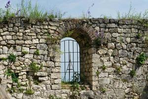 parte del muro della fortezza di anacopia con un cielo blu chiaro a new athos, abkhazia foto