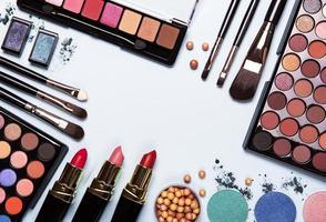 cosmetici su sfondo blu foto