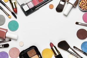 cosmetici su uno sfondo bianco con copia spazio foto