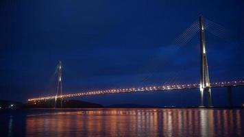 ponte russky di notte a vladivostok, russia foto