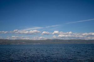 paesaggio di montagne e cielo blu nuvoloso al lago baikal in russia foto