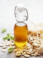 bottiglia con olio di semi di zucca foto