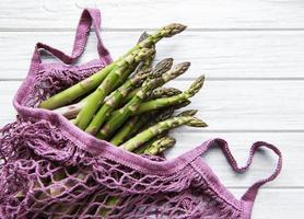gambi di asparagi in un sacchetto viola foto