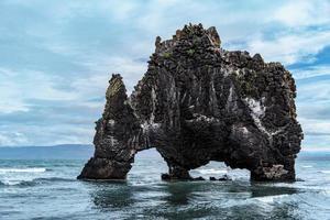 strana formazione di lava nella baia di Huna foto