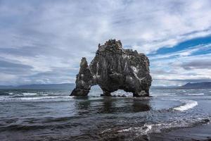 formazione di lava a forma di animale nella baia di huna foto