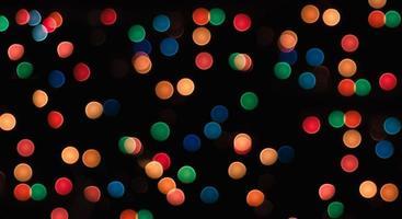 cerchi multicolori su uno sfondo nero con sfocatura modello astratto foto