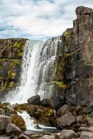 cascata a thingvellir in islanda foto