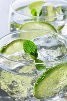 vista ravvicinata di cocktail di calce su sfondo grigio foto