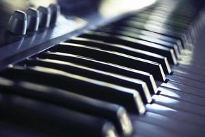 vista sfocata di una tastiera del sintetizzatore foto
