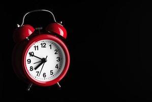sveglia rossa su sfondo nero foto