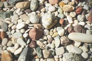 ciottoli colorati sulla spiaggia. foto