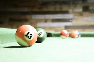 palle da biliardo su un tavolo verde. foto