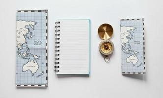 mappa con bussola su sfondo bianco foto