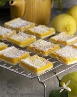 quadrati di limone che si raffreddano sulla griglia foto