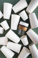 assortimento di bicchieri di carta ecologici foto