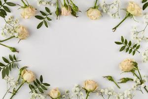 bordo di fiori su sfondo bianco foto