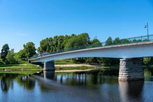 ponte che attraversa il fiume dalalven in svezia foto