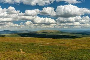 nuvole sopra un campo erboso foto