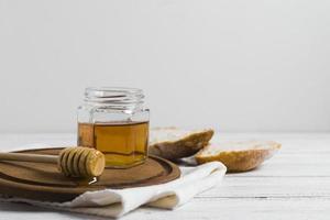 pane con miele su tavola di legno foto