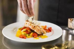 chef prepara un piatto di cibo sano foto