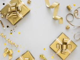disposizione di regali d'oro avvolti festivi foto