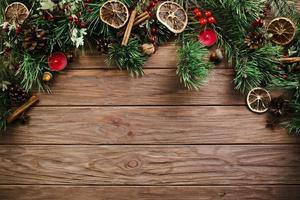 tavola di legno ramoscello di Natale foto