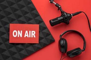 microfono banner aria con cuffie, rosso e nero foto