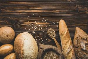 assortimento di pagnotte di pane su uno sfondo di legno foto