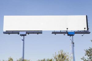 grande cartellone pubblicitario vuoto su sfondo blu foto